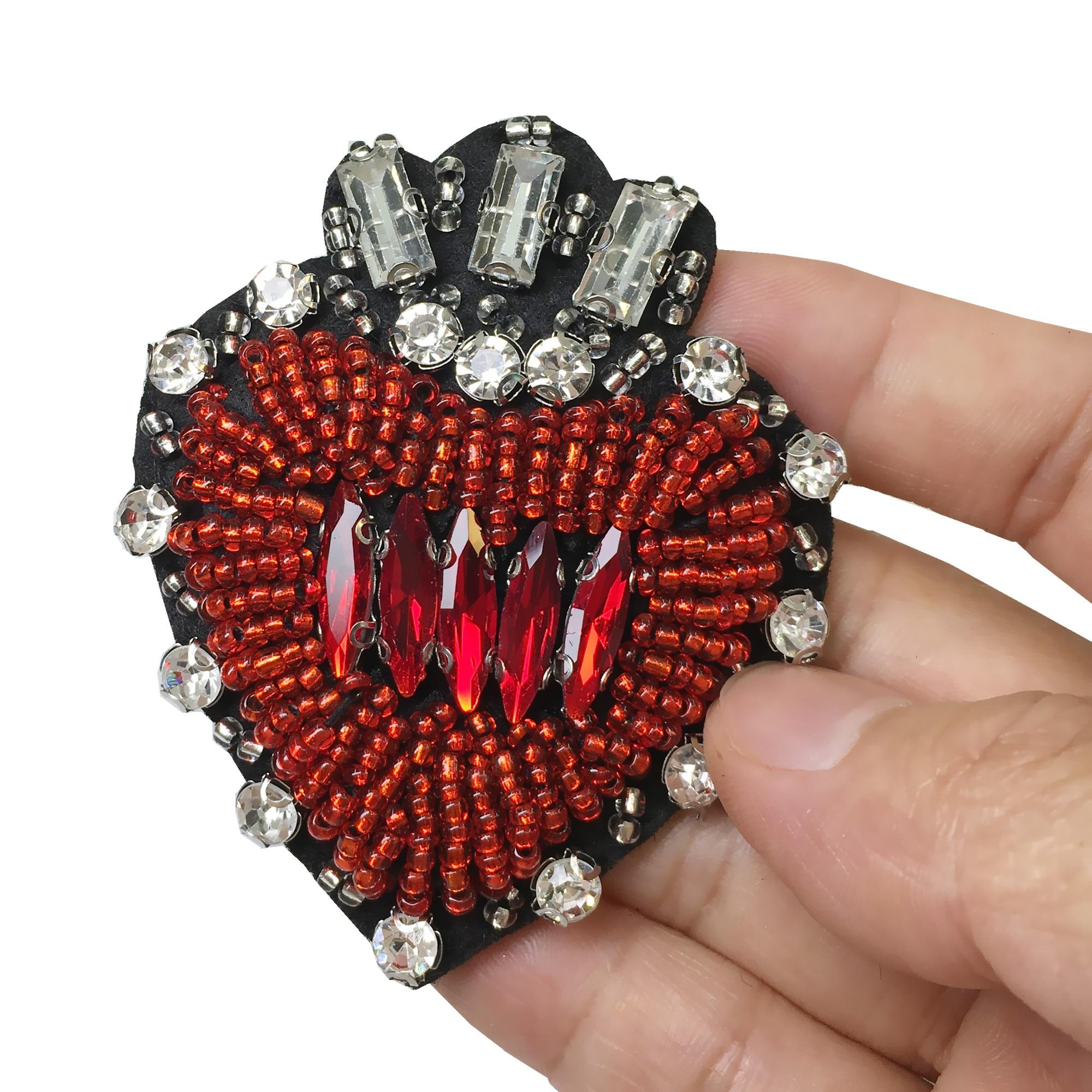 2db 6,5x5,5 cm-es varrás vörös szívű patchinon hímzéssel - Művészet, kézművesség és varrás