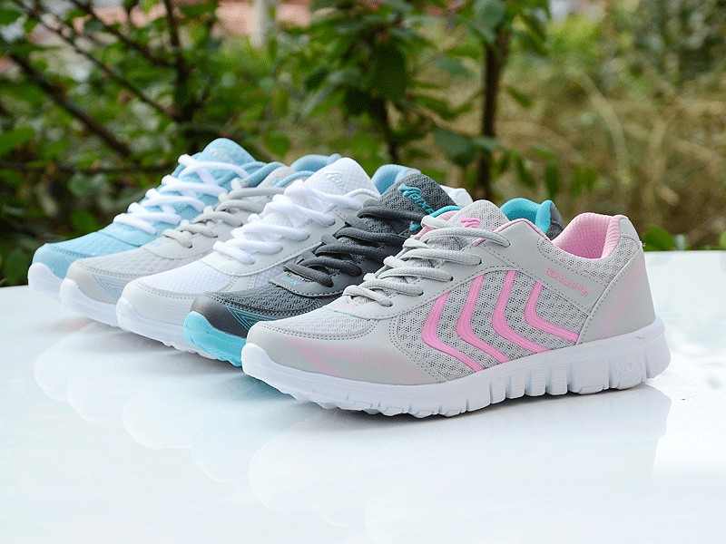 Foto from the right Women's breathable light sneakers for tennis. Women's breathable light shoes for basketball