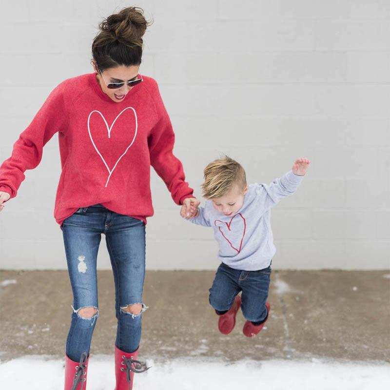 Осень 2017 г. Стиль Одинаковая одежда для всей семьи с длинными рукавами с принтом с сердцем женщина Дети футболка для девочек, для мальчиков ф...