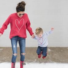 Осенний стиль; Одинаковая одежда для семьи; футболка с длинными рукавами и принтом сердца для женщин и детей; футболка для мальчиков и девочек; верхняя одежда; Одинаковая одежда