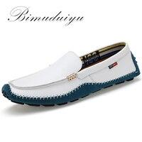 Barato BIMUDUIYU zapatos de hombre de cuero genuino de alta calidad de gran tamaño de marca de moda mocasines suaves de hombre planos cómodos de conducción Casual Boat38-47