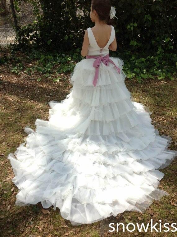 Красивый белый/слоновая кость спинки цветок платья для девочек с длинным шлейфом многоуровневого плиссированные Бальные платья для свадьб