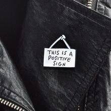 XEDZ Diese Ist EIN Positives Zeichen Nette Zeichen Tag Brosche Inspirational Emaille Pin Brief slogan warnung zeichen Sinn schmuck Geschenke