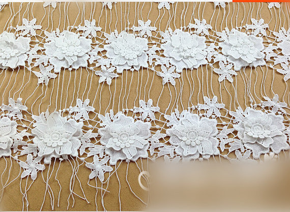 Acquista off white lace tessuto con fiori for Pizzi all uncinetto per credenze