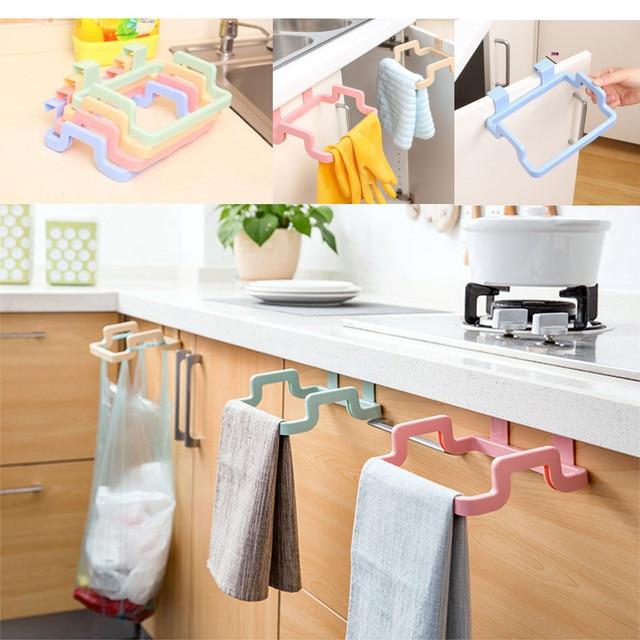de una sola capa toalla colgando de rack almacenaje de la cocina puerta del armario de