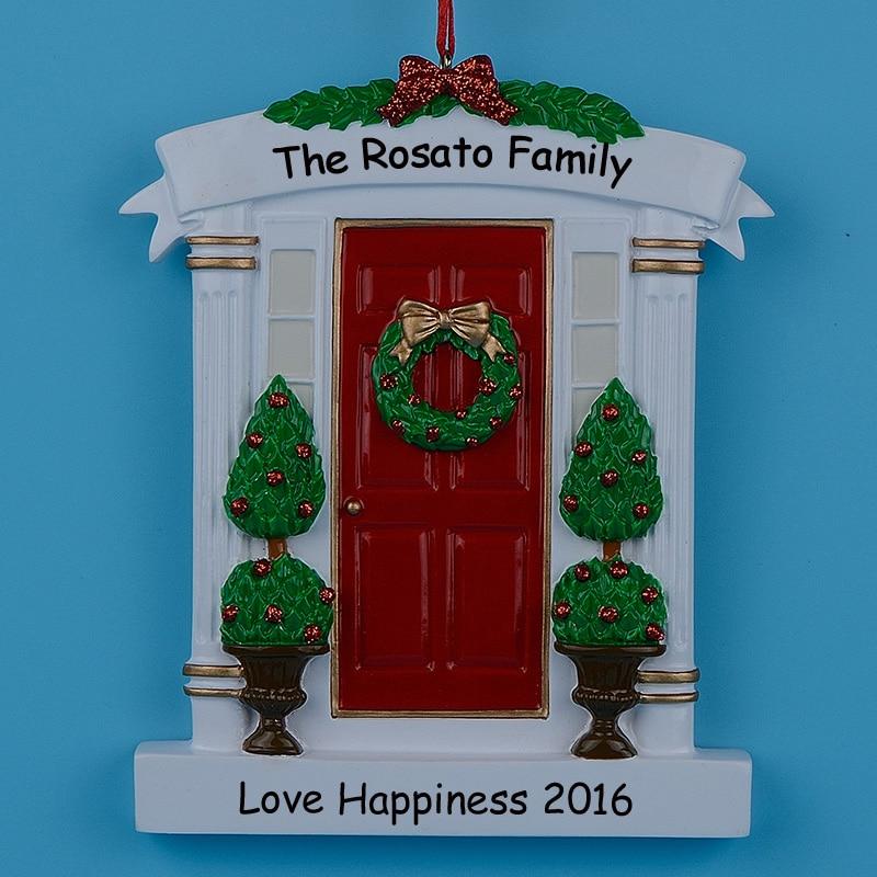 Groothandel hars krans en Pine Tree rode deur gepersonaliseerde Kerst ornamenten voor nieuwe huis, nieuwe paar of speciale gelegenheden