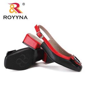 Image 5 - ROYYNA חדש חידוש סגנון נשים סנדלי עקבים כיכר Femme קיץ נעלי מתכת קישוט Feminimo כפכפים מהיר משלוח חינם