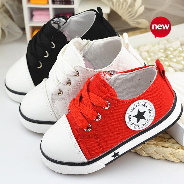 Primavera verano 2015 bebé lona de los niños de zapatos moda estrella niños de zapatillas de encaje hasta zapatos casuales para muchachos de las muchachas negras withe rojo