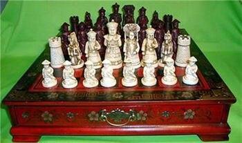 Exquisito personaje de la dinastía Qing China 32 piezas juego de ajedrez y caja de madera de cuero flor mesa de pájaro