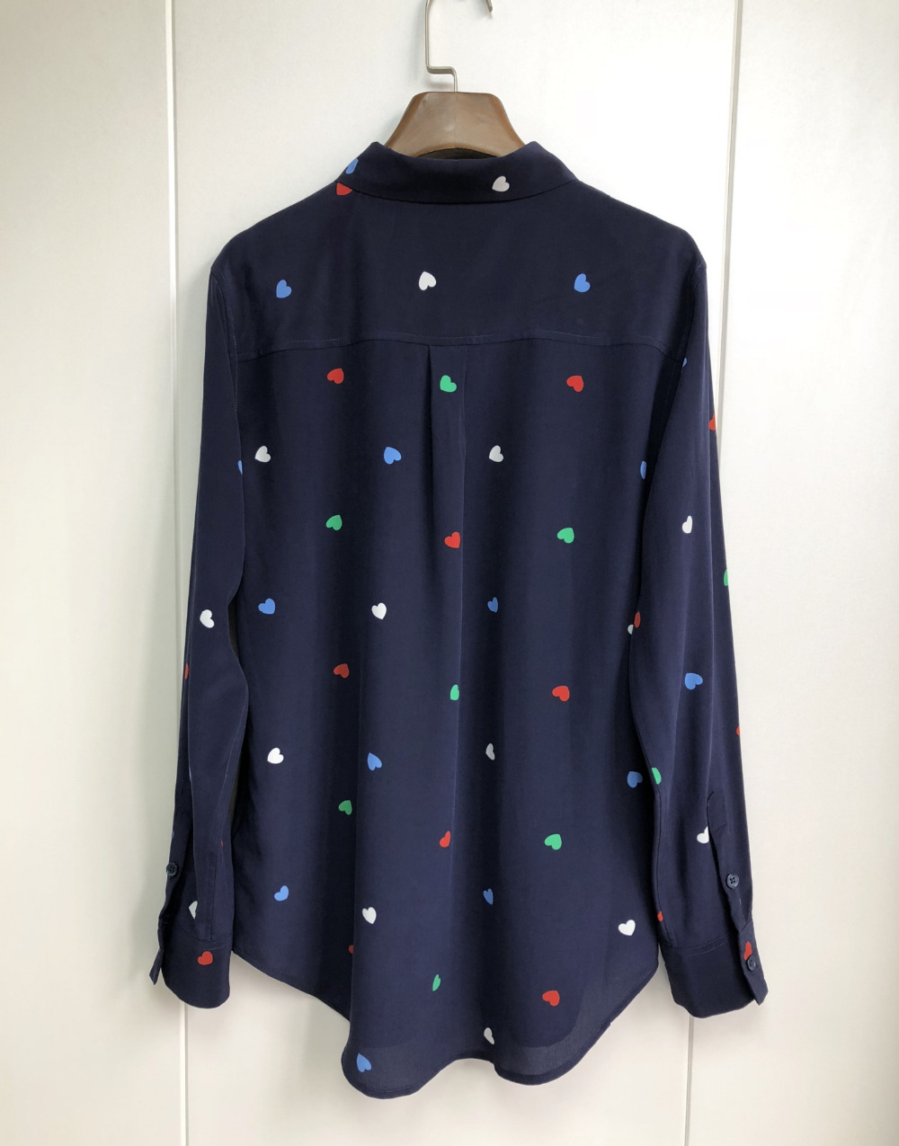 100% الحرير المرأة البحرية الأزرق الملونة الحب القلب طباعة كم طويل قميص-في بلوزات وقمصان من ملابس نسائية على  مجموعة 3