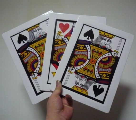 Free shipping FIND THE QUEEN JUMBO CARDS 8X11 THREE CARD MONTE RED BICYCLE BACK Magic Trick Stage Magic Close Up Classic Magic marumi mc close up 1 55mm