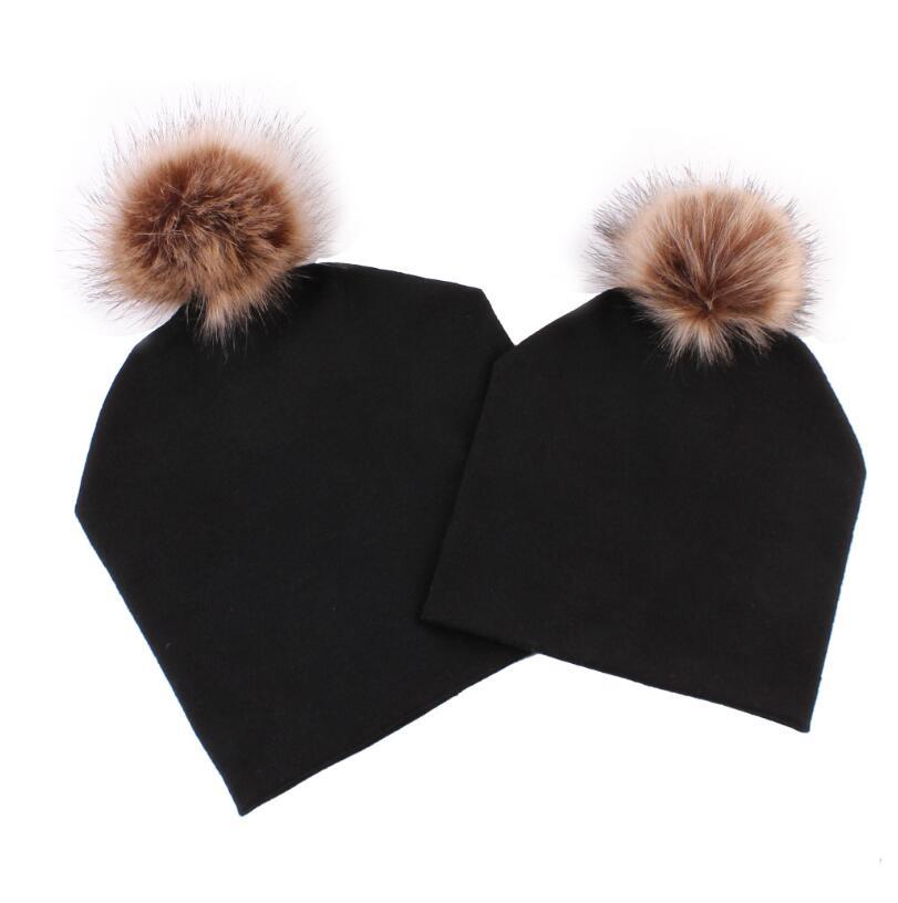 2 Stücke Mom Baby Gestreiften Hut Warme Pelz Bobble Beanie Baumwolle Gestrickte Eltern-kind Winter Hut Farbe Winter Hüte Für Baby Bommel Cap