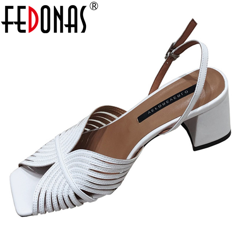 Ayakk.'ten Yüksek Topuklular'de FEDONAS Moda Tasarım Kare Ayak Kare Topuklu Roma Kadın Sandalet Beyaz Hakiki Deri Toka Yaz Parti Ofis Ayakkabı Kadın'da  Grup 1