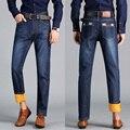 O jeans de lazer da moda dos homens novos de inverno e veludo Engrossar as calças de cowboy grandes estaleiros