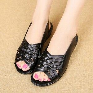 Image 2 - Сандалии женские из натуральной кожи, босоножки на плоской подошве, открытый носок, танкетка, повседневные туфли для мам, черные, большие размеры, лето 2020