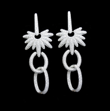 Famosa marca de joyería pendiente de gota de lujo Micro Pave configuración Cubic Zirconia diamante cuelga los pendientes largos para mujeres