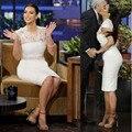 2017 Kim Kardashian Celebrity Dresses La Vaina de Alta Cuello V-cuello de Las Mangas Del Casquillo Blanco Longitud de La Rodilla Del Cortocircuito Del Cordón Vestidos de la Alfombra Roja