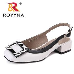Image 3 - ROYYNA חדש חידוש סגנון נשים סנדלי עקבים כיכר Femme קיץ נעלי מתכת קישוט Feminimo כפכפים מהיר משלוח חינם