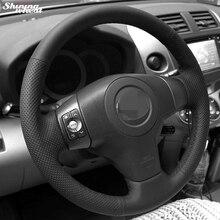 غطاء عجلة قيادة من الجلد الصناعي الأسود مخيط يدويًا من القمح اللامع لتويوتا يارس فيوس RAV4 2006 2009