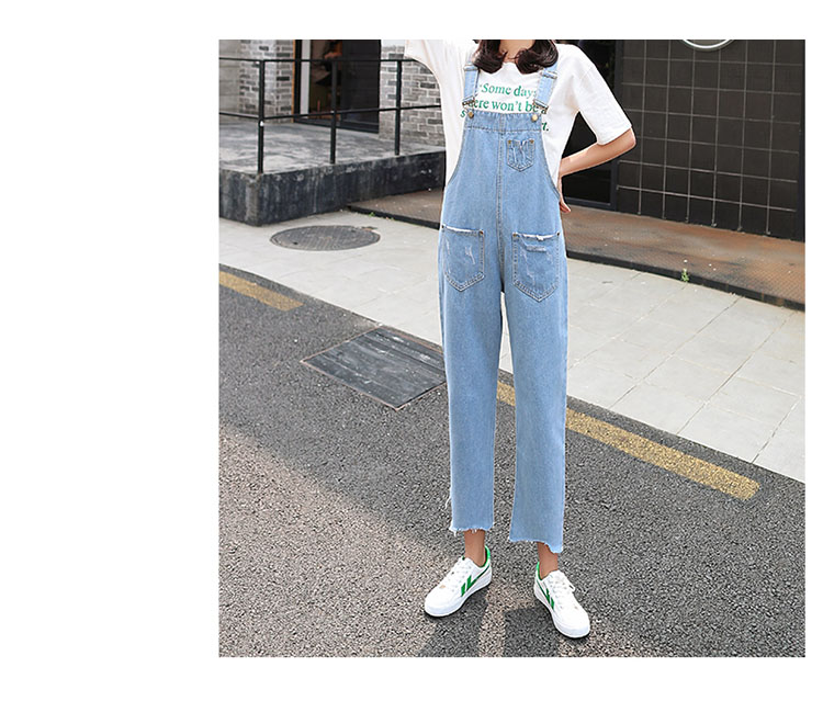 Stylish suspender jeans. College style, casual denim pants. (32)