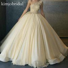Женское вечернее платье на одно плечо украшенное бусинами и