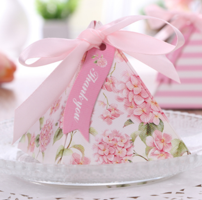 100pcs Exquisite Triangular Pyramid pink Floral Wedding Favors Candy Boxes Party Chocolate Gifts Box Ribbons cards