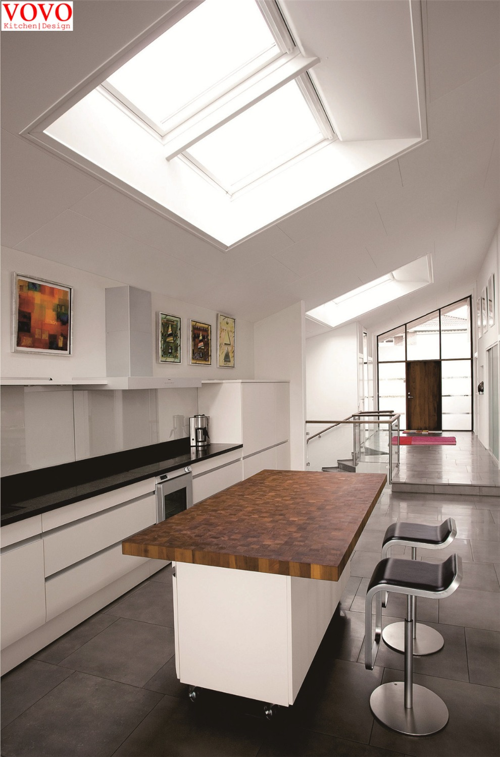 Handless kitchen cabinets in high gloss white on for Handless kitchen units