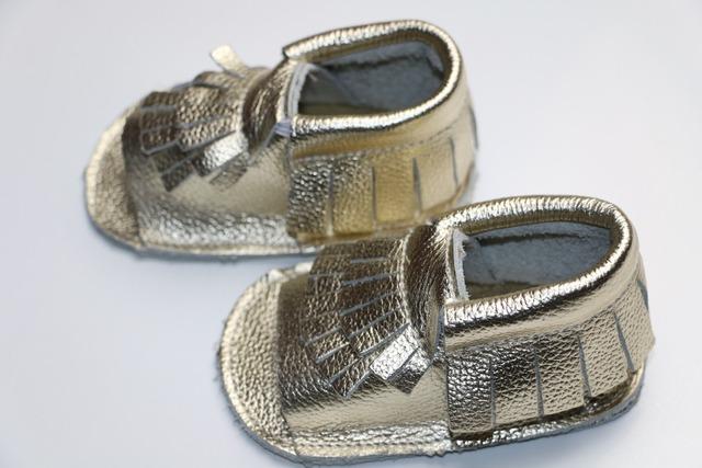 Comercio al por mayor 28 par/lote Nuevo oro Genuino Cuero Suave Mocasines Bebé infantil primer caminante Calzado bebé Zapatos de los muchachos gilrs