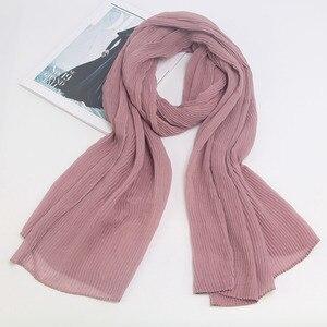 Image 2 - Miya Mona Plain Baumwolle frauen Hijabs Weibliche Mode Warme Welle Faltig Muslimischen Wrap Hijab Einfache Solide Plain Schal Kopftuch
