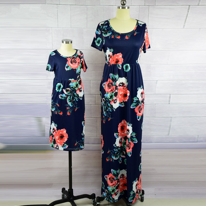 Цветочный Одинаковая одежда для платье для мамы и дочки длинные 2018 летняя пляжная одежда короткий рукав семейная одежда в богемном стиле ха...