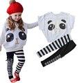 2015 Nuevos Llegan Muchachas del juego. 1 set/lot ropa Niñas establece Trajes 2 unids/set (Panda Ala Del Palo de Combate Jumpers Capa + Pantalones A Rayas)