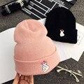 2016 Mujeres CALIENTES Del otoño de ocio de invierno tejer sombrero de lana bordado dedos gesto cariñoso caliente Envío Gratuito