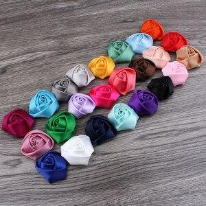 Image 3 - (120 pçs/lote 25 cores de volta plana mini fita de cetim rosa flor acessórios rosetas roladas à mão para grampo de cabelo ou bandana