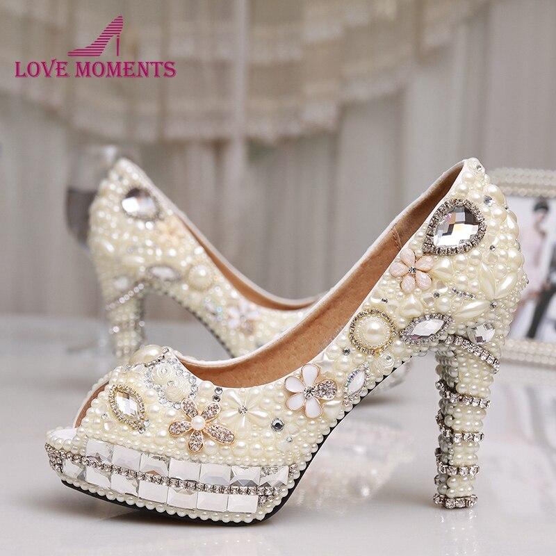 Модные вечерние туфли с жемчугом цвета слоновой кости Женская свадебная обувь с открытым носком и стразами Свадебная обувь на высоком кабл