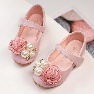 Image 2 - Dzieci księżniczka buty letnie dziewczyny sandały na sukienka dla dzieci skórzane buty kwiat perłowy moda dla dzieci sandały na płaskim obcasie wysokiej jakości