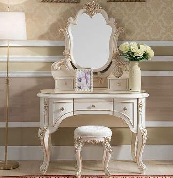 Mobilya'ten Şifonyerler'de Yatak odası mobilyası. Avrupa dresser. Şampanya altın dresser. Bir dava almak title=