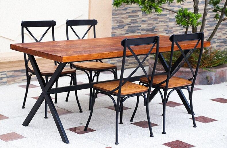 Чердак коррозии открытый деревянная мебель и стулья балкон с.