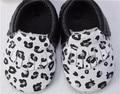 Nova estampa de Leopardo preto branco genuíno couro de vaca mocassins bebê sapatos recém-nascidos sapatos borla crianças sapatos das meninas dos meninos do bebê