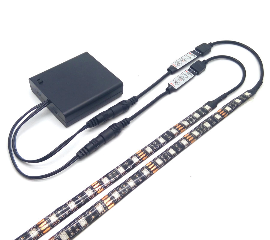 LED a doppia uscita LED Strip 5050 RGB Black PCB IP20 / IP65 Illuminazione impermeabile 4 * AA Battery Operated con controller RGB da 2 pezzi