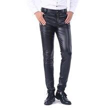Idopy男性のビジネススリムフィット5ポケットストレッチ快適なブラックソリッドフェイクレザーのズボンのジーンズ男性