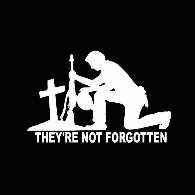 Yjzt 14.3*9.1 cm eles não são esquecidos soldados rezando cobrindo o corpo guerreiro carro adesivo preto/prata vinil C21-0005