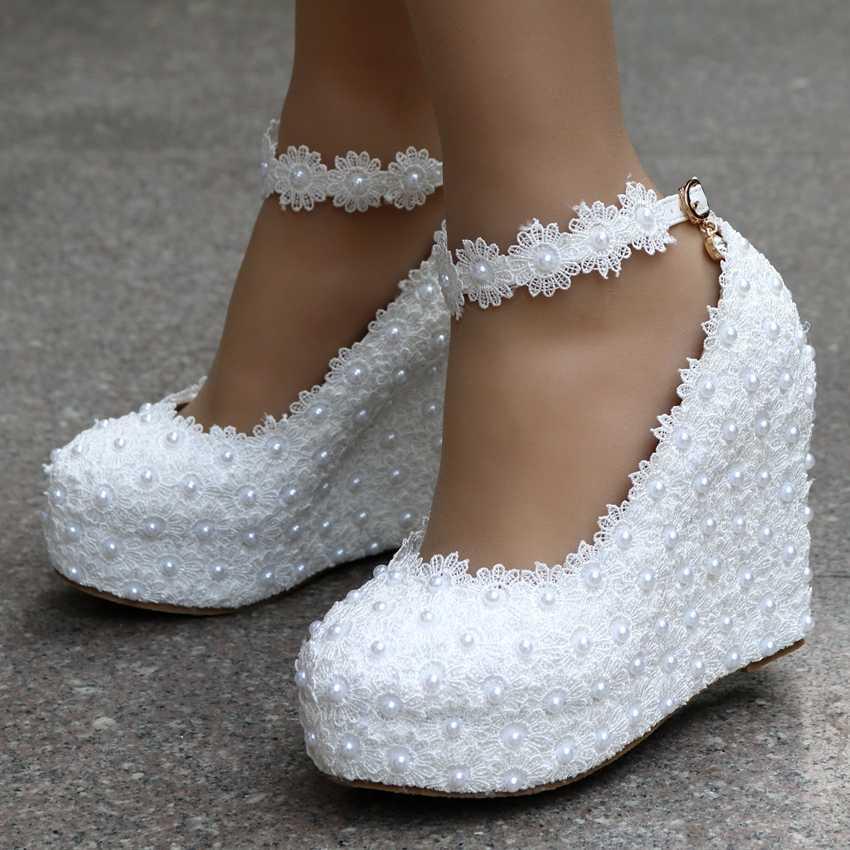 0e4f7fb5f ... Белые свадебные туфли-лодочки на танкетке, украшенные кристаллами и  жемчугом, милые белые туфли