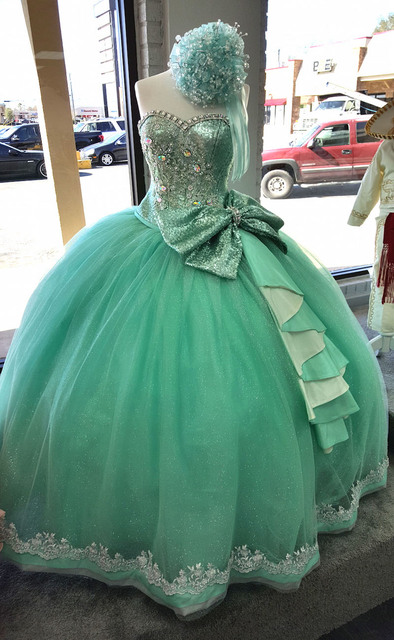 Prateado Frisada Cristais Brilhantes Verde da hortelã Vestidos Quinceanera 2017 Querida Cintura Natural Com Grande Arco Laço Branco Vestidos De Baile