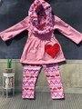 Venda quente do bebê 3 pcs roupas meninas dia dos namorados boutique conjuntos de roupas com lenço meninas rosa com coração vermelho top rosa coração calça
