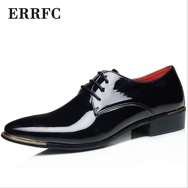 d6b3ece540 ERRFC Nova Tendência Chegada Homens Vermelhos Vestido de Lazer Sapatos PU  couro Dedo Do Pé Redondo Casuais Rendas Sapatos de Casamento Branco Do  Partido de ...
