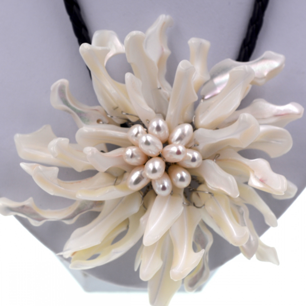 Noble Female Jewelry Big white sea shell flower choker white pearls necklace For Women Fashion Jewelry Party Gift