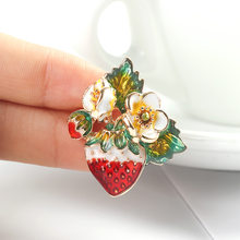2019 Merah Strawberry Enamel Bros Kerah Syal Pin Aksesoris Hadiah Alloy(China)