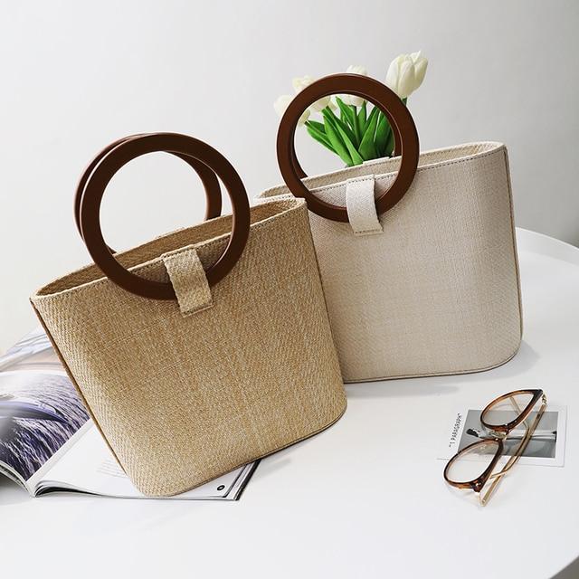 4c384e29d7c1 Летние Дизайн новая тенденция соломенная сумка женская круглая деревянная  ручка сумки модные соломенные сумки ручной работы
