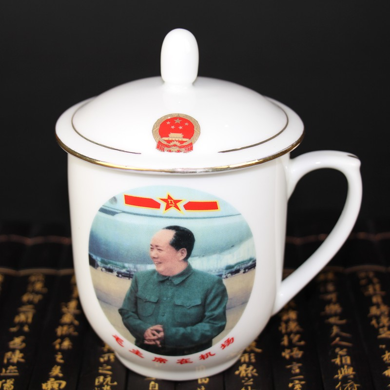China old Cultural Revolution Teacup in portrait of Mao Zedong porcelain