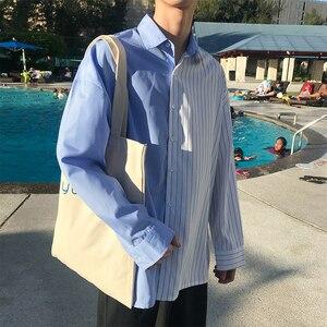 Image 2 - 2018 한국어 스타일 새로운 남성 패션 트렌드 세로 스트 라이프 느슨한 캐주얼 블루/블랙 긴 소매 고품질 셔츠 크기 M XL
